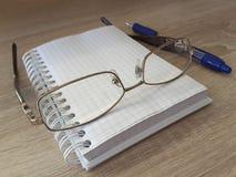 Состав канцелярских принадлежностей на таблице в офисе Стоковое Изображение RF