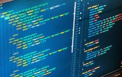 Состав команд вычислительной машины на экране (превращаться сети) стоковое фото rf
