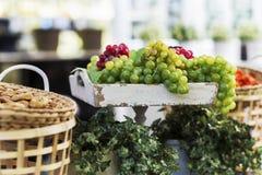 Состав корзины и виноградины на старом подносе Стоковая Фотография