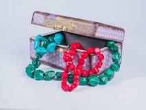 Состав коробки драгоценности с ожерельями шарика на белой предпосылке Стоковое Фото
