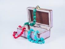 Состав коробки драгоценности с ожерельями шарика на белой предпосылке Стоковая Фотография