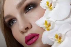 Состав. Красивая женщина с красными губами и длинными ресницами. Стоковая Фотография