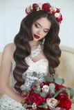 состав красивейший милый стиль причёсок фиксирует модельное венчание профиля портрета красивейшая невеста волосы длиной волнистые Стоковые Изображения