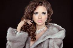 состав Красивейший портрет девушки Женщина моды брюнет в норке Стоковое Изображение