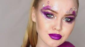 Состав красотки Фиолетовый состав и красочные яркие ногти красивейший портрет близкой девушки вверх видеоматериал