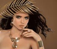 Состав красоты и золотой маникюр Брюнет девушки очарования моды Стоковые Фото