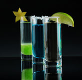 Состав 3 красочных пить съемки Спиртные коктеили с декоративными плодоовощами на черной предпосылке экземпляр стоковое фото rf