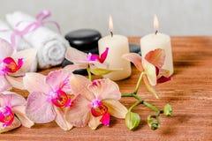 Состав курорта розовых цветка орхидеи, полотенец, камней Дзэн и ca Стоковое Изображение