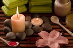 Состав курорта с солью моря, свечами, мылом, обстреливает, creams для стороны на деревянной предпосылке Стоковое фото RF