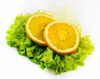 Состав 2 кусков апельсина с салатом на белой предпосылке Стоковые Фото