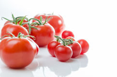 Состав малой вишни и большого томата стоковое фото