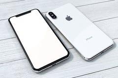 Состав модель-макета серебра IPhone Xs на белой древесине стоковое изображение rf