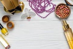 Состав моды красоты со сливк масла ожерелья макияжа стоковая фотография rf