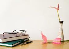 Состав на столе с книгами и цветками Стоковое Изображение RF
