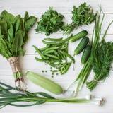 Состав на темной предпосылке зеленых органических вегетарианских продуктов Стоковые Фотографии RF