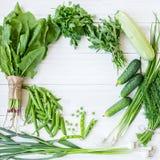 Состав на темной предпосылке зеленых органических вегетарианских продуктов Стоковые Фото