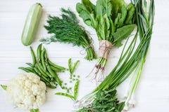 Состав на темной предпосылке зеленых органических вегетарианских продуктов Стоковое фото RF