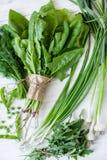 Состав на темной предпосылке зеленых органических вегетарианских продуктов Стоковая Фотография RF