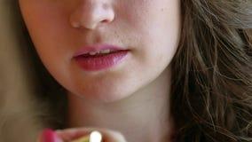 Состав невесты в утре невеста красит ее губы Составьте женщину художника прикладывая состав для модели брюнет для a сток-видео