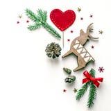 Состав Нового Года с оленями, сердцем и елью разветвляет Предпосылка рождества для представления работы или текста Стоковое Изображение