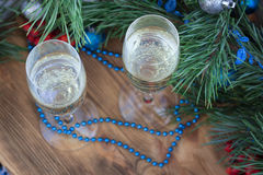 Состав Нового Года, стекла Шампаря, сосна, decorati орнамента Стоковые Фотографии RF