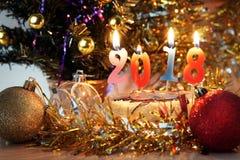 Состав 2018 Нового Года Украшения праздника и горящие свечи Стоковые Изображения