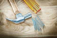 Состав ногтей конструкции метра молотка с раздвоенным хвостом деревянных на wo Стоковое Фото
