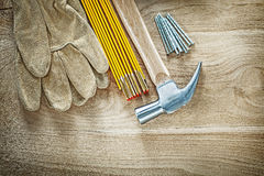 Состав ногтей молотка с раздвоенным хвостом метра перчаток безопасности деревянных на w Стоковое фото RF