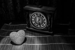 Состав дня валентинки при помадка горя пестротканое сердце на темной предпосылке и старых винтажных часах, времени и концепции вл Стоковое фото RF