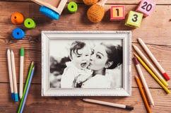 Состав дня матерей очарование девушки красивейшего черного брюнет классическое смотря белизну представления портрета фото вы toys Стоковое фото RF