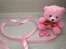Состав дня ` s валентинки плюшевого медвежонка и сердец подарка Стоковая Фотография