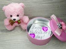 Состав дня ` s валентинки плюшевого медвежонка и сердец подарочной коробки Стоковая Фотография RF