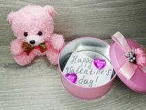 Состав дня ` s валентинки плюшевого медвежонка и сердец подарочной коробки Стоковые Фото