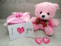 Состав дня ` s валентинки плюшевого медвежонка и сердец подарочной коробки Стоковое Изображение RF