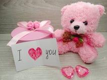 Состав дня ` s валентинки плюшевого медвежонка и сердец подарочной коробки Стоковые Изображения