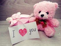Состав дня ` s валентинки плюшевого медвежонка и сердец подарочной коробки Стоковая Фотография