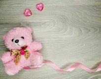 Состав дня ` s валентинки рамки и сердца ленты плюшевого медвежонка Стоковое фото RF
