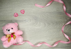Состав дня ` s валентинки рамки и сердца ленты плюшевого медвежонка Стоковое Изображение RF