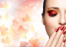 Состав осени и тенденция искусства ногтя Девушка моды красоты падения Стоковая Фотография RF