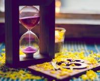 Состав осени романтичный горящей свечи, любит деревянную карточку Стоковое Изображение RF