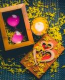 Состав осени романтичный горящей свечи, любит деревянную карточку Стоковая Фотография