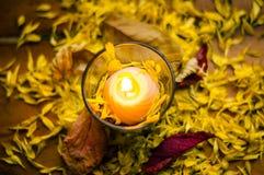 Состав осени романтичный горящей свечи Стоковое фото RF