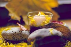 Состав осени романтичный горящей свечи Стоковые Изображения RF