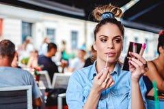 Состав отладки девушки в кафе Стоковое Фото