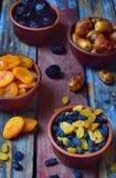Состав от различных разнообразий высушенных плодоовощей на деревянной предпосылке - дат, абрикосов, черносливов, изюминок еда здо Стоковая Фотография RF