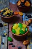 Состав от различных разнообразий высушенных плодоовощей на деревянной предпосылке - дат, абрикосов, черносливов, изюминок, кумква Стоковое Изображение RF