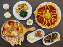 Состав от разнообразие закусок к пиву или вину на деревянном столе: яичницы, мексиканское блюдо, чилийская кухня, шарики сыра, p Стоковые Изображения RF