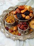 Состав от различных разнообразий высушенных плодоовощей на деревянной предпосылке - дат, смокв, абрикосов, черносливов, изюминок, Стоковые Изображения RF