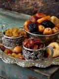 Состав от различных разнообразий высушенных плодоовощей на деревянной предпосылке - дат, смокв, абрикосов, черносливов, изюминок, Стоковое Фото