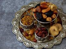 Состав от различных разнообразий высушенных плодоовощей на деревянной предпосылке - дат, смокв, абрикосов, черносливов, изюминок, Стоковые Фотографии RF